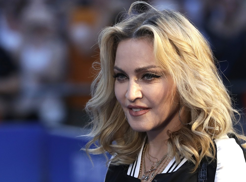 "Madonna posa para foto na estreia do filme ""The Beatles, Eight Days a Week"", em Londres (Foto: AP / Kirsty Wigglesworth)"