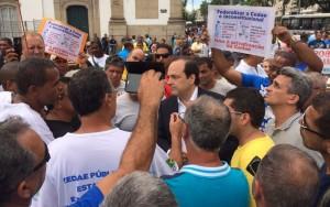 Deputado Carlos Osório foi interceptadom por funcionários da Alerj (Foto: Cristina Boeckel)