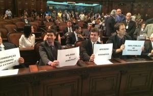 Deputados do PSOL exibem cartazes de protesto contra as medidas do pacote de ajuste fiscal do RJ (Foto: Alessandro Ferreira)