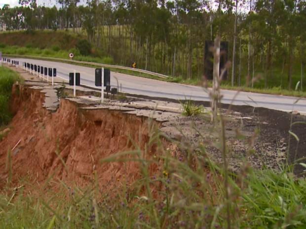 Buraco na BR-491, entre Elói Mendes e Paraguaçu, completou 1 ano (Foto: Reprodução EPTV)