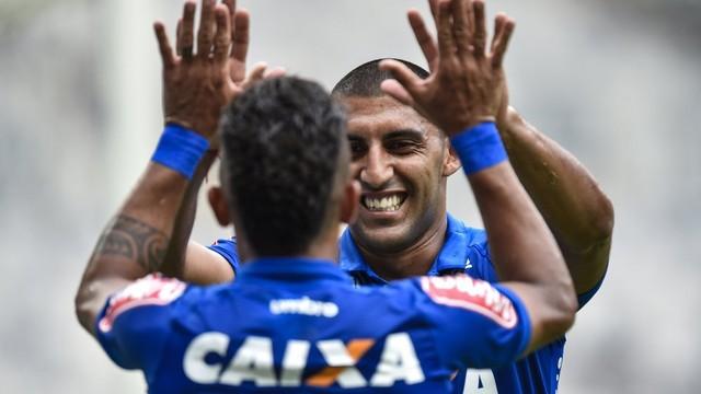 Ábila marca dois contra o Tricordiano, um deles irregular, e Cruzeiro continua invicto no Mineiro