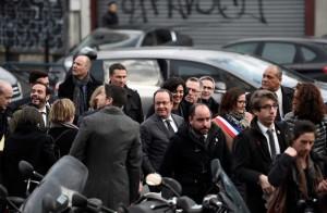 Presidente francês, François Hollande, cercado de sua equipe, faz visita focada na integração juvenil em Aubervilliers, nesta terça-feira (14) (Foto: Stephane de Sakutin/ Reuters)