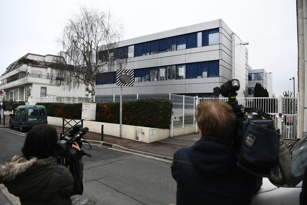 Cinegrafistas filmam sede do partido Frente Nacional que é alvo de investigação nesta segunda-feira (20) em Paris (Foto: CHRISTOPHE SIMON / AFP)