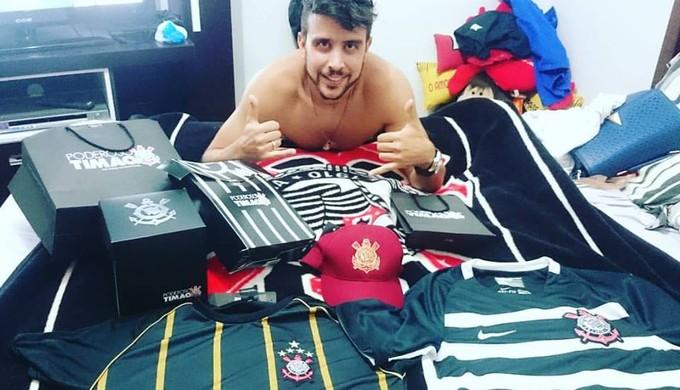 Torcedor do Corinthians, em Poços de Caldas, tem 77 camisas do time (Foto: Arquivo Pessoal/Cícero Ciríaco Junior)