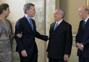 Presidente da Argentina fez visita oficial a Brasília. Ele passou as tropas presidenciais em revista e, em seguida, subiu a rampa do palácio