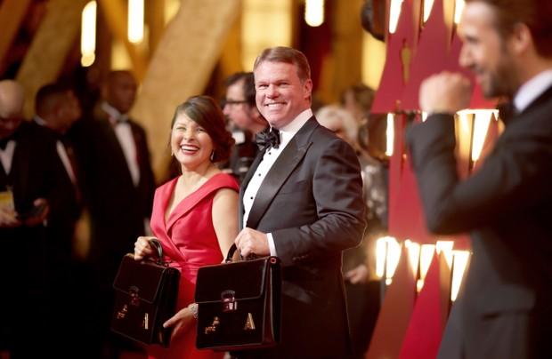 Martha L. Ruiz e Brian Cullinan, auditores da PWC (Foto: AFP / Agência)