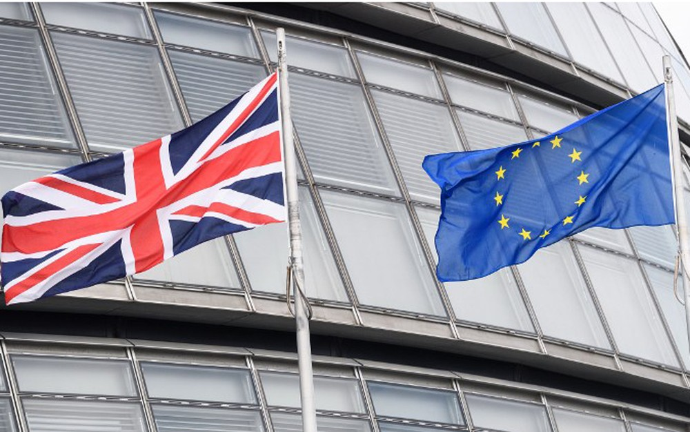 Bandeiras britânica e da União Europeia ficam lado a lado no City Hall, em Londres. Reino Unido inicia nesta quarta-feira saída do bloco (Foto: Leon Neal / AFP)