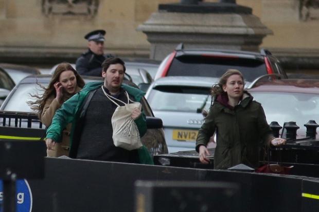 As pessoas saem depois de ser evacuados das Casas do Parlamento