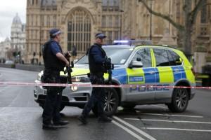 Policiais armados guardam em um cordão policial o lado de fora das casas do parlamento