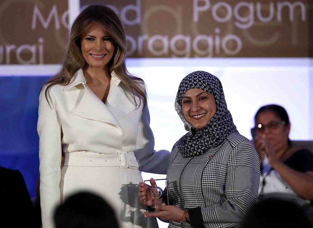 A primeira-dama dos EUA, Melania Trump, entrega prêmio a Fadia Najib-Thabet, do Iêmen, em Washington (Foto: Win McNamee/Getty Images/AFP )