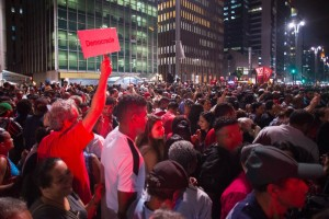 Integrantes do Movimento dos Trabalhadores Sem Teto (MTST ) comemoram em frente ao prédio da presidência da República em São Paulo, na Avenida Paulista, após acordo do governo para o programa de habitação Minha Casa Minha Vida na noite de quarta-feira (8) (Foto: Paulo Ermantino/Raw Image/Estadão Conteúdo )