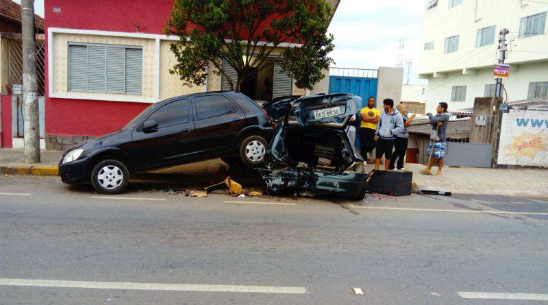Homem-perde-controle-de-carro-e-atinge-veículos-na-Major-Venâncio