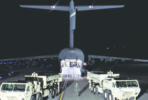 Operações. Caminhões com equipamentos do escudo antimísseis chegaram à cidade sul-coreana