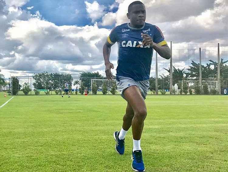 O volante Willians tem treinando em horário diferente dos demais no companheiros no Cruzeiro