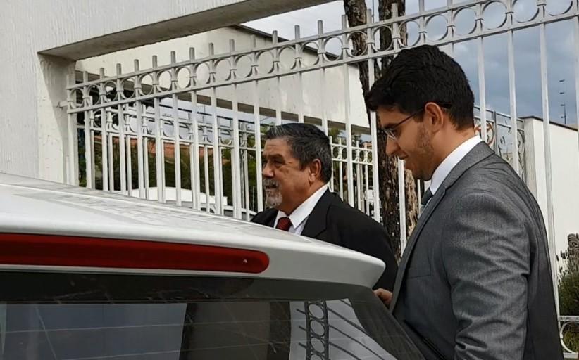 'Ele não precisa ser caçado', diz advogado do goleiro Bruno após reunião com juiz