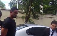 Goleiro Bruno se apresenta à polícia e é preso após mandado ser expedido pela Justiça