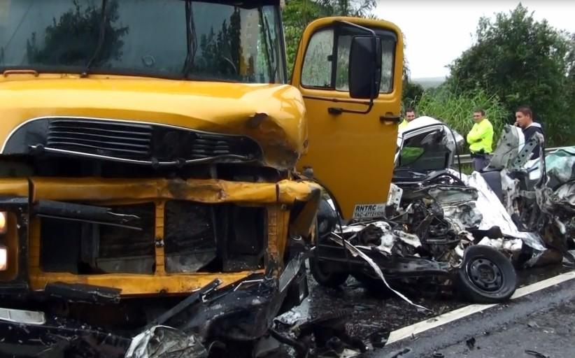 Colisão entre carro e caminhão mata motorista na SP-225 e deixa um ferido