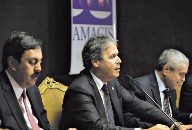 Preocupação. Jayme de Oliveira (AMB), Maurício Soares (Amagis) e Hebert Carneiro (TJMG) no debate