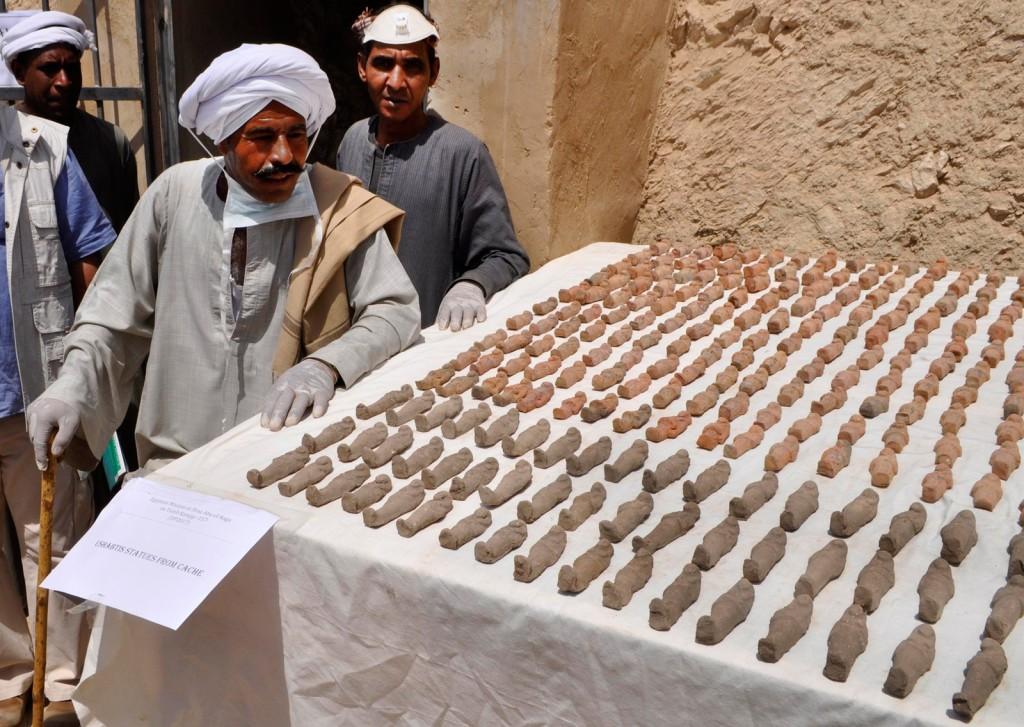 Mais de mil pequenas estátuas funerárias foram encontradas por arqueólogos (Foto: Stringer/AFP)