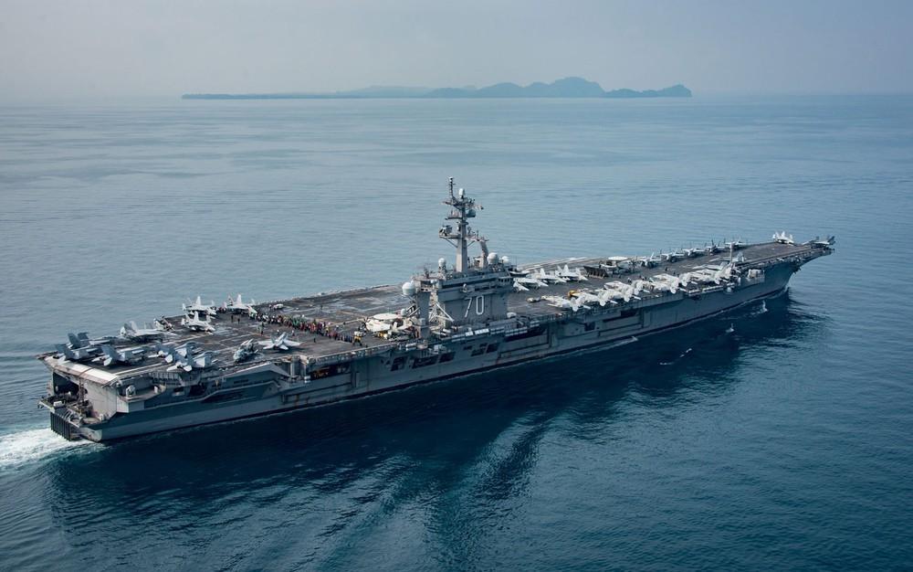 O USS Carl Vinson é visto navegando pelo Estreito de Sunda em 15 de abril, em foto divulgada pela Marinha dos EUA (Foto: US Navy )