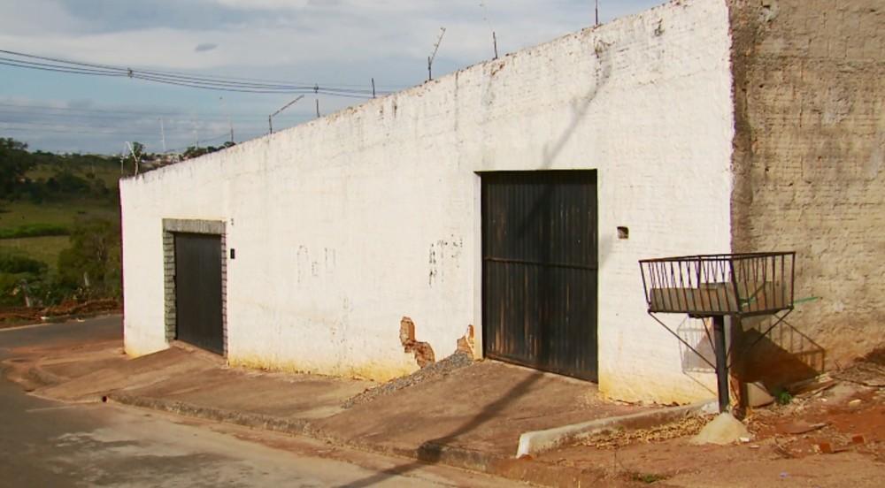 Jovens que vieram de outras cidades viviam nesta casa em Alfenas (Foto: Reprodução EPTV)