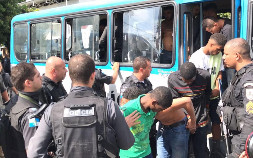 Detidos na Cidade Alta chegam no batalhão da PM (Foto: Henrique Coelho / G1)