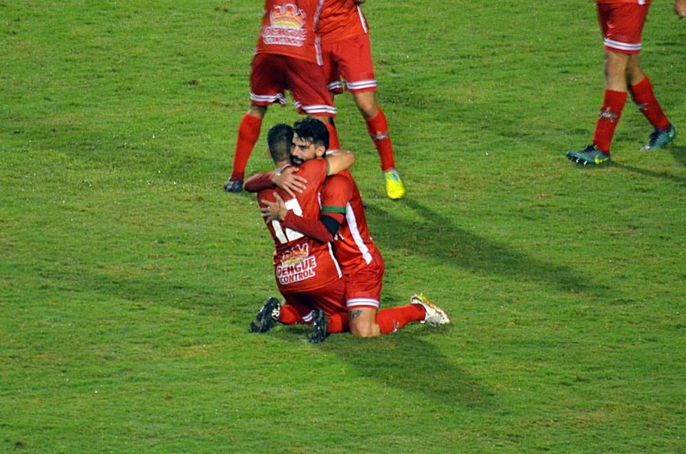 Radamés foi abraçado por companheiro após o fim da partida contra o Tupynambás (Foto: Régis Melo)