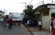 Caminhão perde o freio, atinge carro e derruba parede de casa