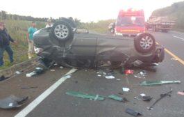 Na BR-491 após bater na lateral de caminhão carro capota várias vezes