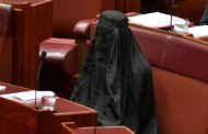 Senadora vai ao parlamento australiano vestida com burca