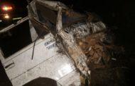 Caminhão carregado com esterco capota na Serra do Selado em Poços de Caldas