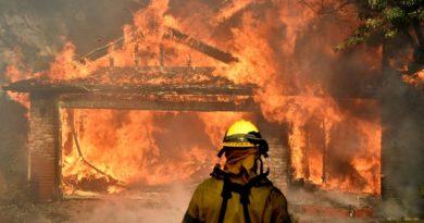 Ventos atiçam incêndios florestais na Califórnia e obrigam retiradas em massa