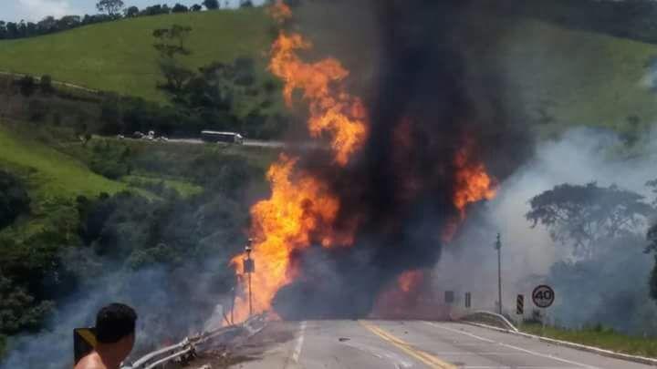 Acidente envolvendo caminhão de diesel na BR-267 entre Aiuruoca e Seritinga deixa pista interditada