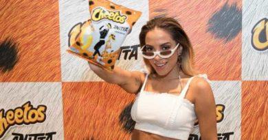 Anitta fecha parceria com Cheetos para o carnaval