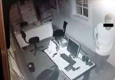 Câmera de segurança grava furto a escritório de estacionamento em Lavras