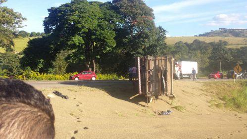 Carreta tomba na BR-491 e interdita rodovia, entre Varginha e Elói Mendes