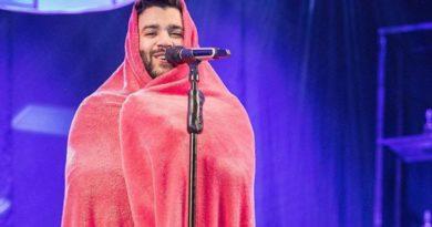 Gusttavo Lima se apresenta em show em MG enrolado em cobertor