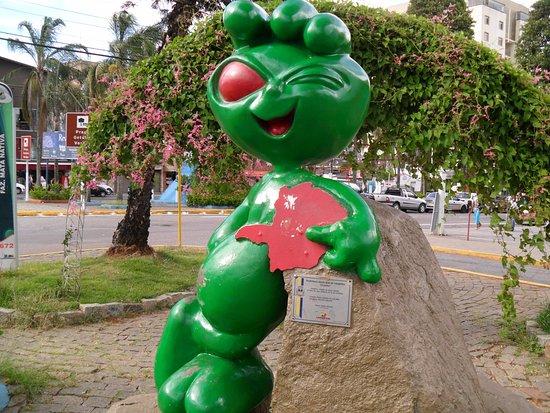 Secretaria de Turismo restaura estátuas do ET que ocupam pontos estratégicos da cidade