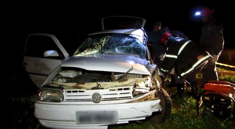 Batida entre carro e caminhão mata motorista e deixa duas pessoas feridas na MG-050, em Passos