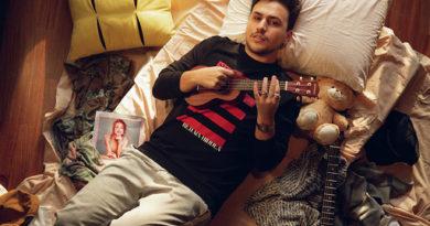 Pedro Thomé lança single com clipe bem-humorado