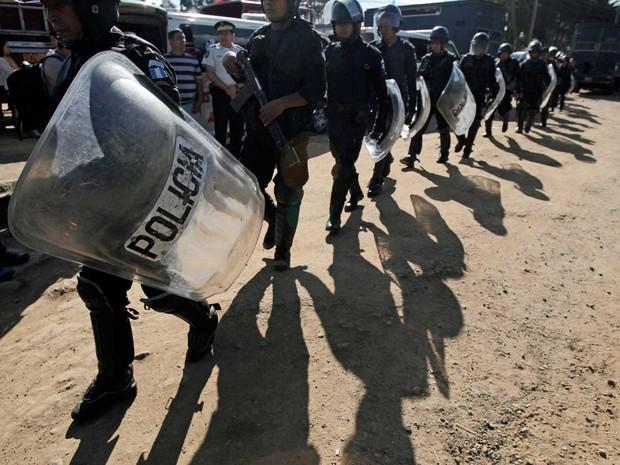 Policiais cercam prisão após motim (Foto: Moisés Castillo / AP Photo)