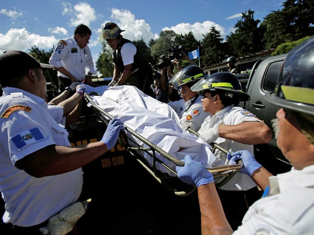 Bombeiros removem corpos da Colônia Agrícola Penal Pavón, na cidade de Fraijanes (Foto: Saul Martinez / Reuters)