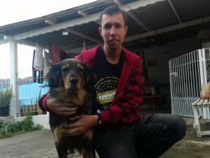Guilherme e Belinha, um dos cachorros que ele deve levar para a sessão de cinema pet de Poços de Caldas (Foto: Arquivo pessoal/Guilherme Terra Gomes)