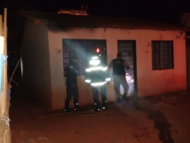 Incêndio criminoso deixa casa parcialmente destruída em Três Corações (Foto: Corpo de Bombeiros)