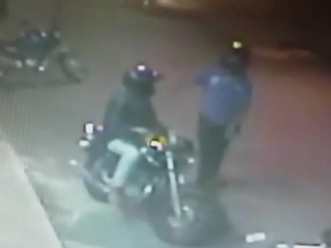 Ainda de acordo com a Polícia Militar, os suspeitos utilizaram os retrovisores da moto para simular que estavam armados. Foto: Reprodução Eptv